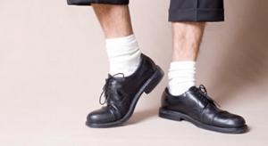 Chaussures-noires-et-chaussettes-blanches